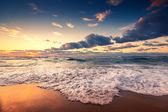 Cloudscape bellissima sul mare, tramonto girato — Foto Stock