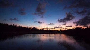 Beautiful sunset at a beach resort in tropics — Stock Video