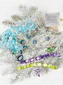 Sieraden bij fir tree — Stockfoto