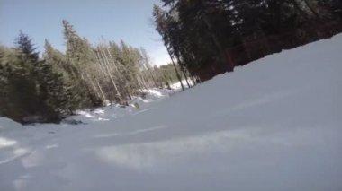 Tepeden aşağı kaymak snowboarder — Stok video