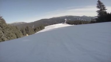 Snowboardåkare glida ner för backen — Stockvideo