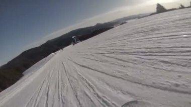 Snowboarder bajar por la colina — Vídeo de Stock