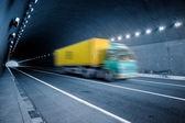 Hareket kamyon tünelden git — Stok fotoğraf