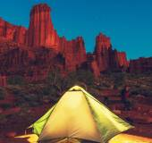 Tent in mountains — Stock Photo