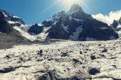 男人在乌什巴山峰值附近 — 图库照片