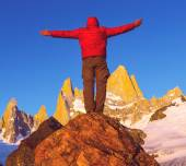 Man hiker at Fitz Roy mount — Stock Photo