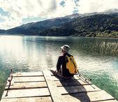 Homem no lago de montanha — Fotografia Stock