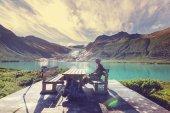 Mann am Fjord in Norwegen — Stockfoto