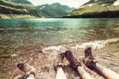 Hikers resting at lake — Stock Photo