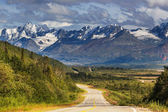 Mountains and road in Alaska — Stock Photo