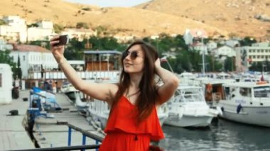 Smiling girl taking picture with smartphone camera outdoors — Stock Video