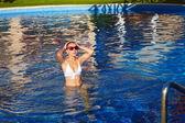 Linda mulher na piscina. — Fotografia Stock