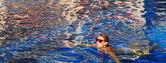 Havuzda kadın. — Stok fotoğraf