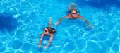 プールで泳いでいるカップル — ストック写真