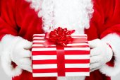Hands of Santa Claus with gift — Fotografia Stock