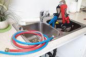Plumber on the kitchen. — Stockfoto