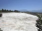有名な白いカルシウム石灰華段丘、ヒエラポリス-パムッカレ, トルコでプール. — ストック写真