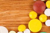 Tas de pilules sur le bureau en bois — Photo
