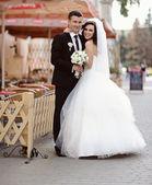 счастливая невеста и жених на свадьбе — Стоковое фото