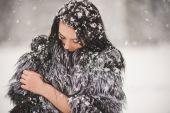 Портрет зимние красоты девушка со снегом — Стоковое фото