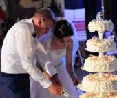 Bride and Groom Cutting the Wedding Cake — Stock Photo