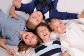 Kinderen op de vloer liggen — Stockfoto