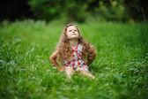 Liten söt flicka i den gröna trädgården — Stockfoto