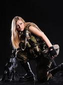 Güzel ordu kız silahla — Stok fotoğraf