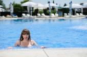 Sexy jeune femme dans la piscine — Photo