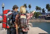 Cuple arriving at tropical resort — Stock Photo