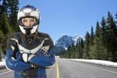 Мотоциклист на горной дороге — Стоковое фото