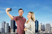 Casal urbano tomando um selfie — Fotografia Stock