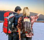 Couple of hikers witnessing sunrise — Stock Photo