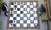Two men playing a game of outdoor chess — Stock Photo