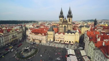 Old Town Square in Prague, Czech republic with St. Teyn gothic cathedral — Stock Video