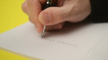 Man writing notes in notebook, close up steady footage with selective focus on hand — Vídeo de stock