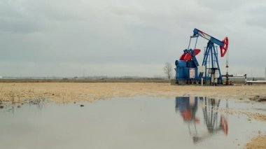 Pumpjack Oil Pump operating on natural gas in the field pumping from the oil well — Stock Video