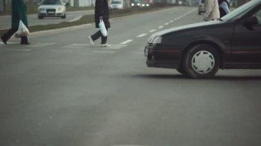 交通状况,人走在行人斑马线 — 图库视频影像