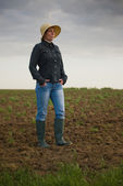 Female Farmer Standing on Fertile Agricultural Farm Land Soil — Stock Photo