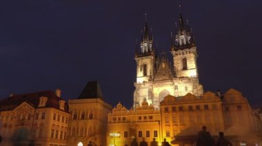 Praça da cidade velha praga e Igreja Tyn à noite — Vídeo stock