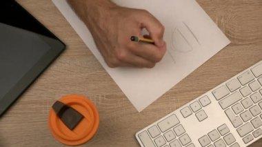 Projektant graficzny pisania pomysł na papierze — Wideo stockowe