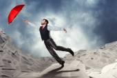 Mann mit roten Regenschirm fliegen — Stockfoto