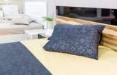 Lyx säng med kudde — Stockfoto