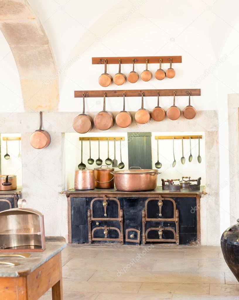 101Интерьер кухни с посудой