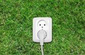 在绿色草地上的电源插座 — 图库照片