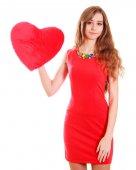 Ritratto di una giovane donna attraente con un cuscino a forma di cuore — Foto Stock