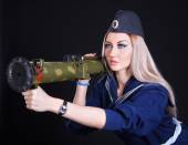 Beautiful young woman in a marine uniform with a grenade launche — Stock fotografie