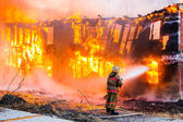 Fireman extinguishes a fire — Stock Photo