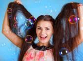 Mooie jonge vrouw met zeepbellen — Stockfoto
