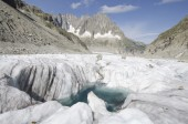 Alpine landscape with mountains, lake and glacier — ストック写真